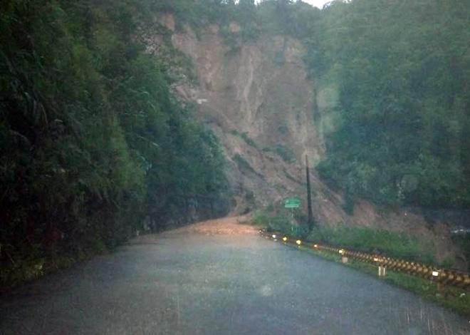 Giải cứu thành công 30 người mắc kẹt trên đèo Tà Lương vì núi lở 1