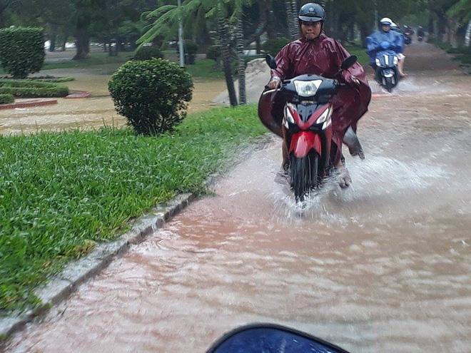 Sau bão, lũ ngập khắp các tỉnh miền Trung, nhiều khu vực bị chia cắt 5