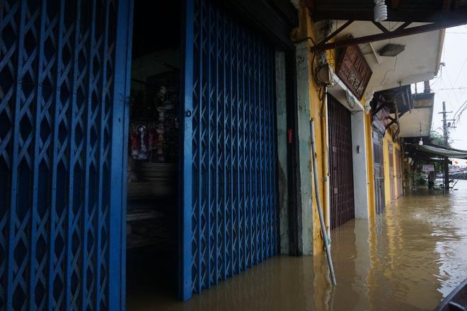 Sau bão, lũ ngập khắp các tỉnh miền Trung, nhiều khu vực bị chia cắt 16