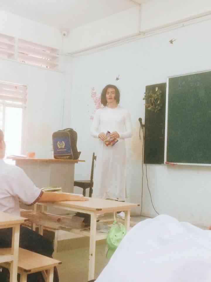 Thầy giáo Tây đội tóc giả, mặc áo dài hoá trang làm cô giáo cực đáng yêu 3