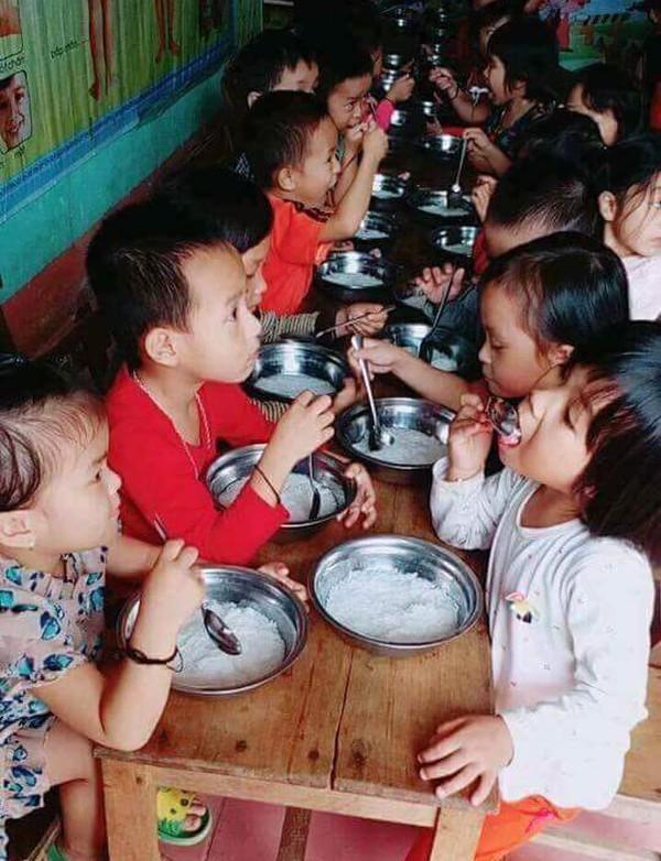 Phụ huynh bức xúc tố trường mầm non bớt xén khẩu phần ăn của trẻ, cho ăn miến trắng chan nước 2