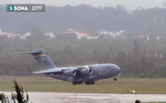 Siêu vận tải cơ Boeing C-17 Globemaster III chở đoàn tiền trạm Mỹ tham dự APEC đã hạ cánh xuống sân bay Đà Nẵng 2