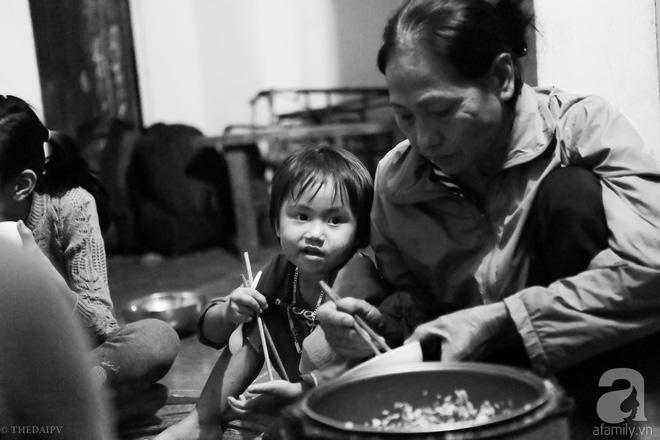 Cảnh nhà bề bộn mà rộn tiếng cười của mẹ siêu mắn đẻ, 29 tuổi có 8 đứa con ở Hà Nội 10