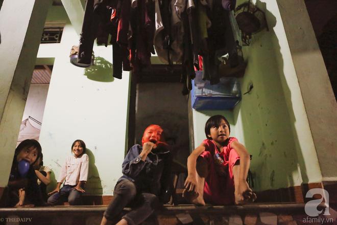 Cảnh nhà bề bộn mà rộn tiếng cười của mẹ siêu mắn đẻ, 29 tuổi có 8 đứa con ở Hà Nội 13