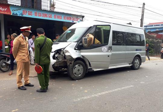 TNGT nghiêm trọng: Đối đầu xe khách, người đàn ông tử vong 1