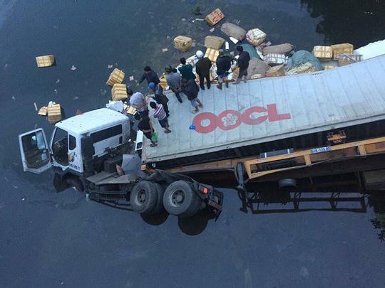 Xe đầu kéo húc tung lan can cầu lao xuống sông, tài xế tử nạn 1