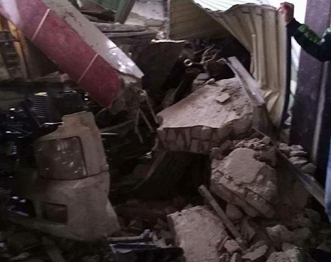 Xe đầu kéo đâm sập cửa hàng thuốc Đông y, 2 người kẹt cứng trong cabin 3
