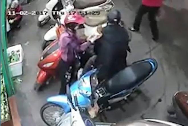 Hà Nội: Công an đang tích cực truy lùng đôi nam nữ dàn cảnh móc cốp xe của phụ nữ khi đi chợ 2