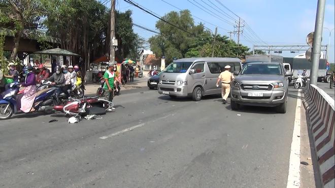 Để con nhỏ vặn ga xe máy khi chờ đèn đỏ, 2 mẹ con bị ô tô tông văng hơn 10m nguy kịch 2
