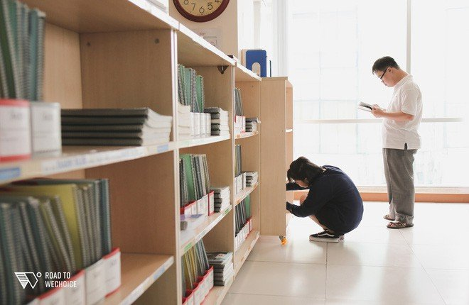 Câu chuyện phi thường ở lớp tiếng Anh đặc biệt: Người cha 70 tuổi vì cậu con trai mắc hội chứng Down mà cùng cắp sách đi học 2