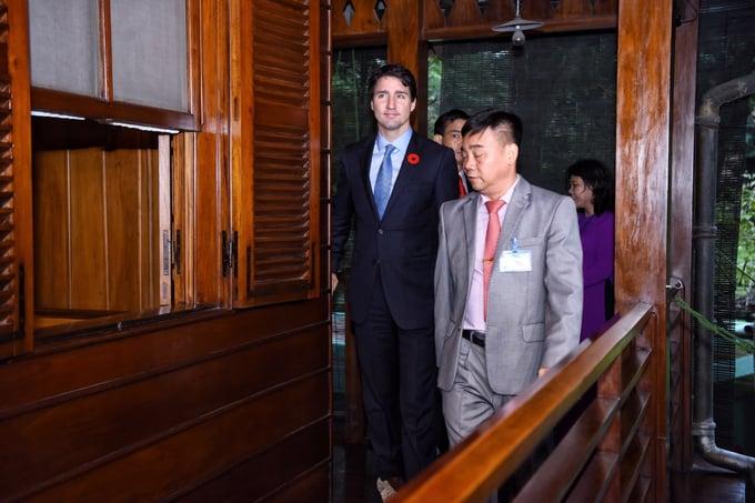 Thủ tướng Canada thăm nhà sàn Bác Hồ, thích thú cho cá ăn 1