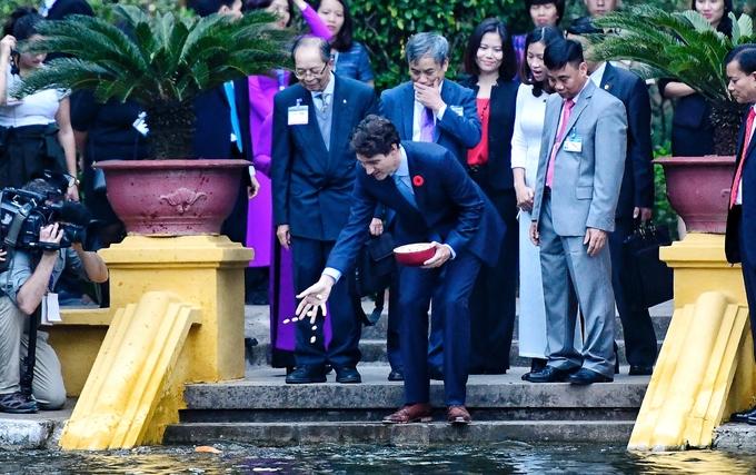 Thủ tướng Canada thăm nhà sàn Bác Hồ, thích thú cho cá ăn 2