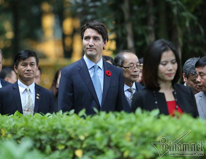Hình ảnh Thủ tướng Canada thăm nhà sàn Bác Hồ, thích thú cho cá ăn số 4