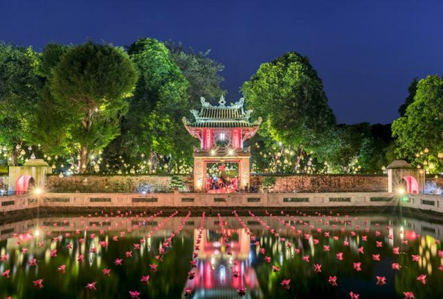 Hình ảnh Bản sắc Việt bừng sáng Văn Miếu hút hồn khách du lịch nước ngoài số 1