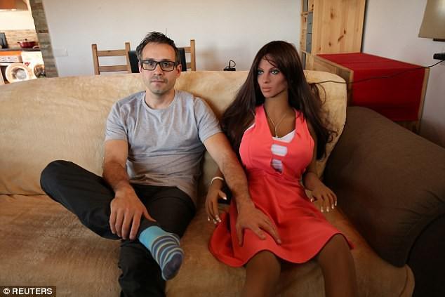 Robot tình dục Samantha tạo địa chấn ở Xứ Wales: Cung sợ không đáp ứng nổi cầu! - Ảnh 1.