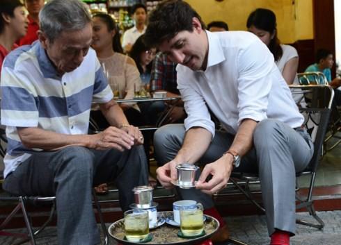Thủ tướng Canada ngồi vỉa hè, thưởng thức cà phê phin Sài Gòn 2