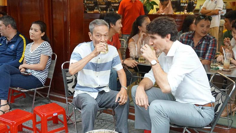 Thủ tướng Canada ngồi vỉa hè, thưởng thức cà phê phin Sài Gòn 1