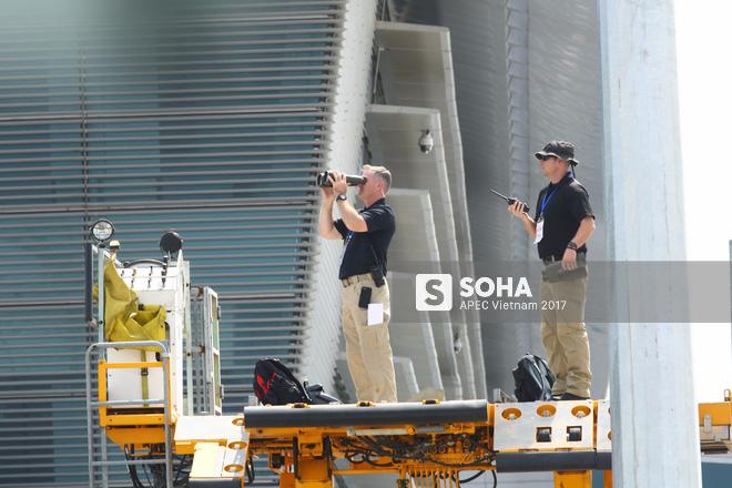 Đặc vụ Mỹ sử dụng ống nhòm, dắt chó nghiệp vụ kiểm tra an ninh nghiêm ngặt khi đón TT Trump tại Đà Nẵng 3
