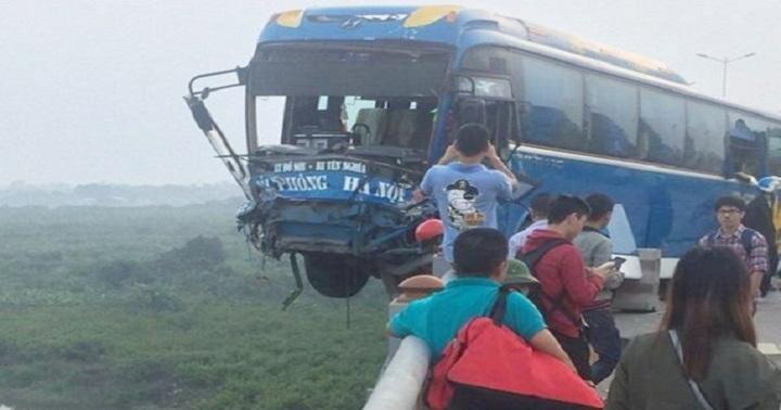 Hình ảnh kinh hoàng trong vụ va chạm xe khách trên cầu Thanh Trì 1