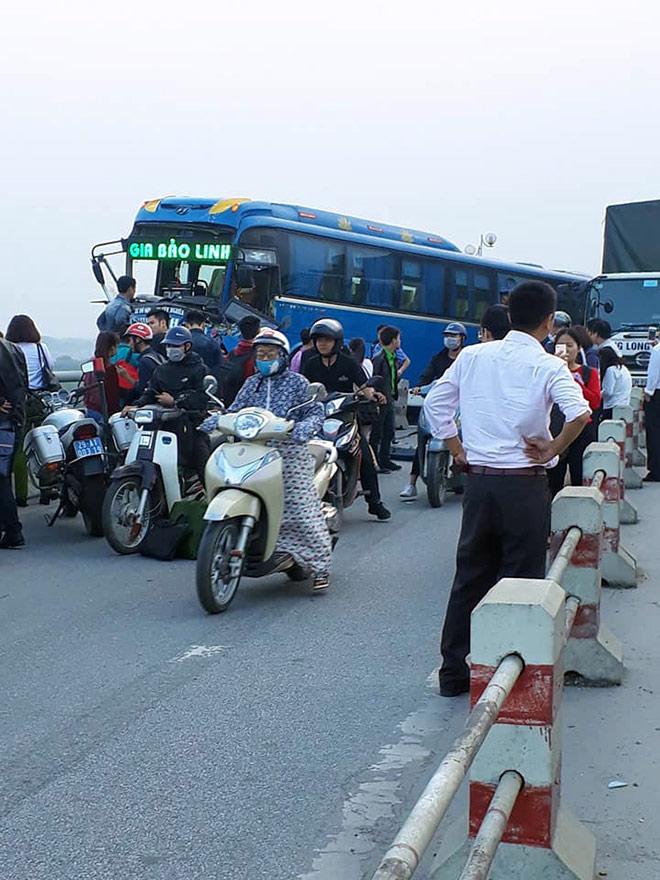 Hình ảnh kinh hoàng trong vụ va chạm xe khách trên cầu Thanh Trì 3