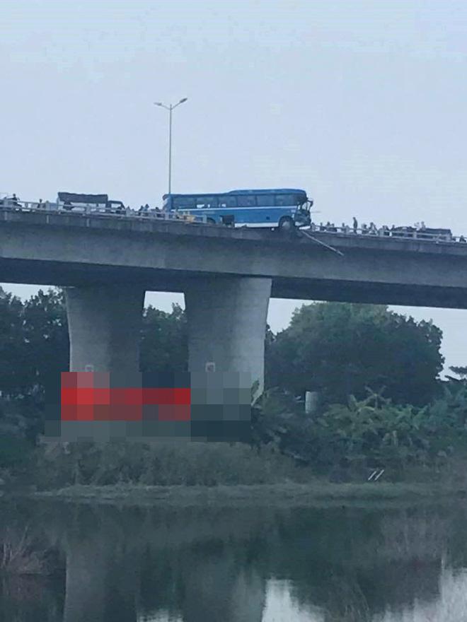 Hình ảnh kinh hoàng trong vụ va chạm xe khách trên cầu Thanh Trì 5
