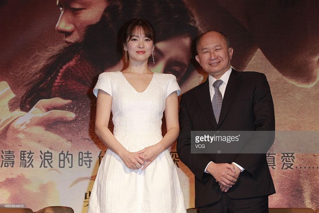 """Lộ diện người đã tặng vợ chồng Song Joong Ki – Song Hye Kyo cặp vòng vàng """"khủng"""" 4"""
