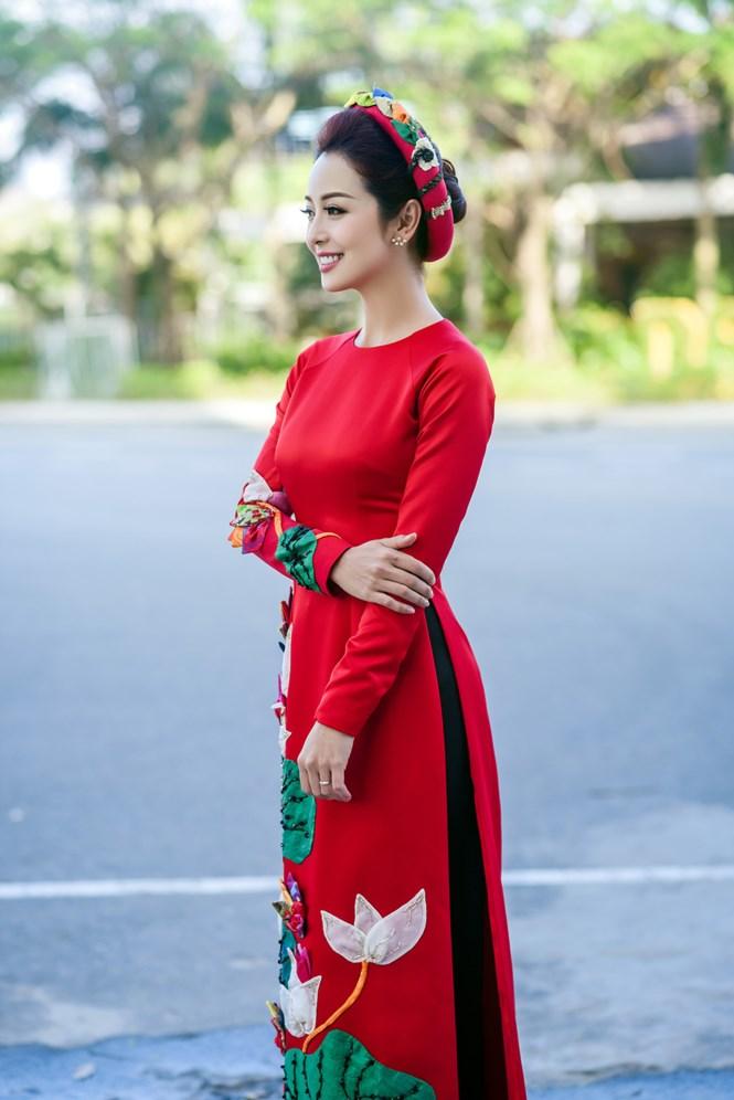 Jennifer Phạm đẹp rạng rỡ làm MC trong buổi tiệc mừng tại APEC 3