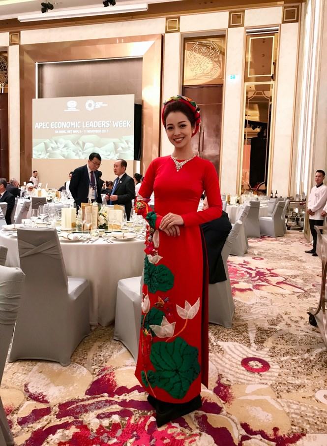 Jennifer Phạm đẹp rạng rỡ làm MC trong buổi tiệc mừng tại APEC 4