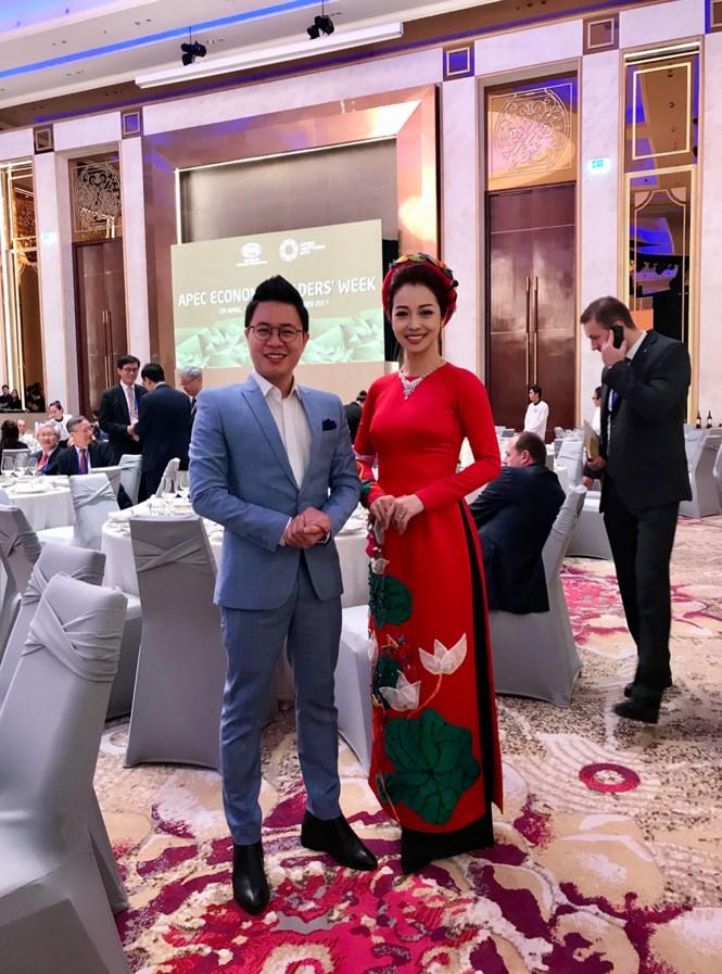 Jennifer Phạm đẹp rạng rỡ làm MC trong buổi tiệc mừng tại APEC 5