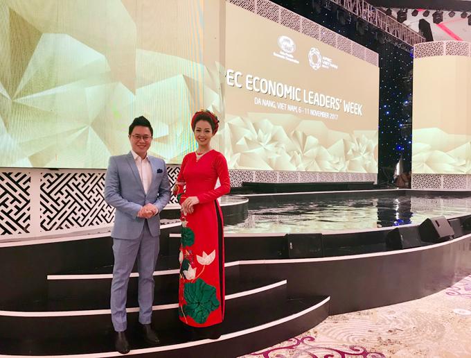 Jennifer Phạm đẹp rạng rỡ làm MC trong buổi tiệc mừng tại APEC 6