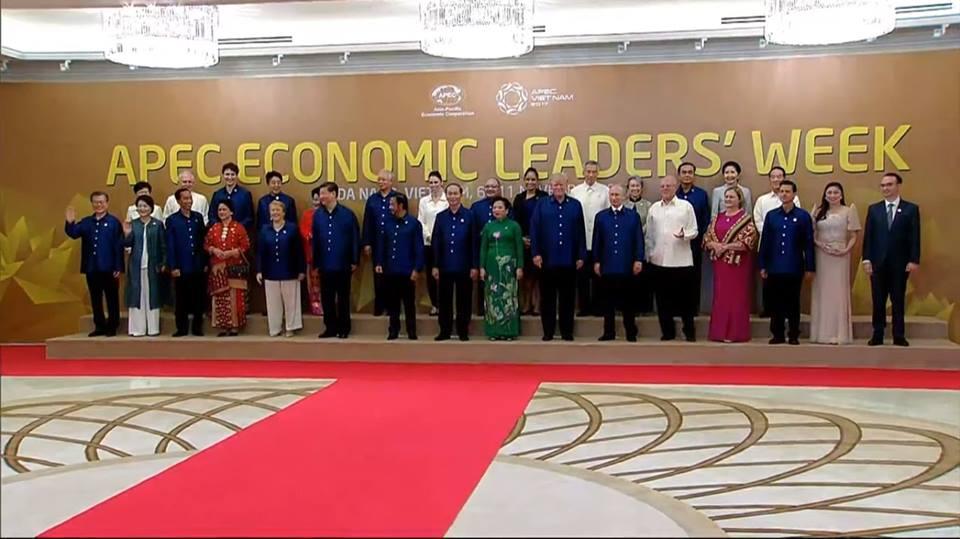 Hình ảnh Chiếc áo tơ tằm Tổng thống Trump và lãnh đạo APEC mặc trong tiệc tối 10/11 có gì đặc biệt? số 1