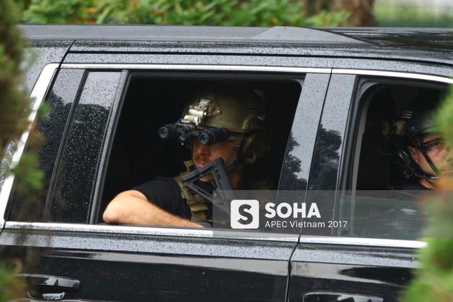 Cận cảnh đặc vụ Mỹ mang súng tiểu liên ngồi trong xe hộ tống Tổng thống Trump ở Hà Nội 7