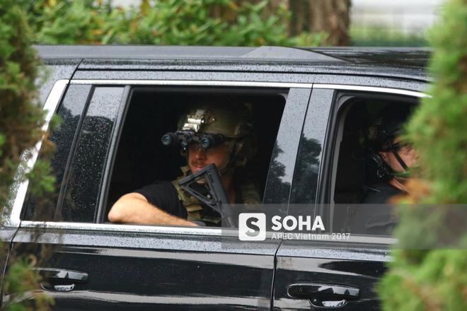 Cận cảnh đặc vụ Mỹ mang súng tiểu liên ngồi trong xe hộ tống Tổng thống Trump ở Hà Nội 8