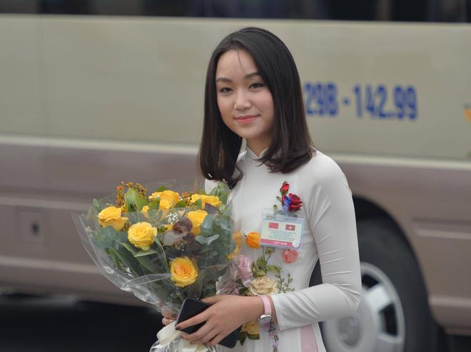 Chân dung thiếu nữ tặng hoa Chủ tịch Trung Quốc Tập Cận Bình tại Nội Bài trưa nay 2