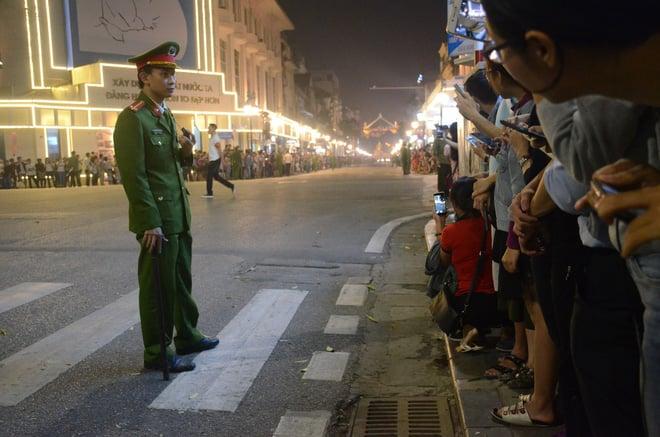 Nhiều cô dâu, chú rể bỏ chụp ảnh cưới để xem đoàn xe Tổng thống Donald Trump chạy trên phố Hà Nội 1