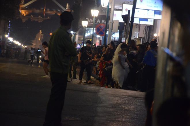Nhiều cô dâu, chú rể bỏ chụp ảnh cưới để xem đoàn xe Tổng thống Donald Trump chạy trên phố Hà Nội 4