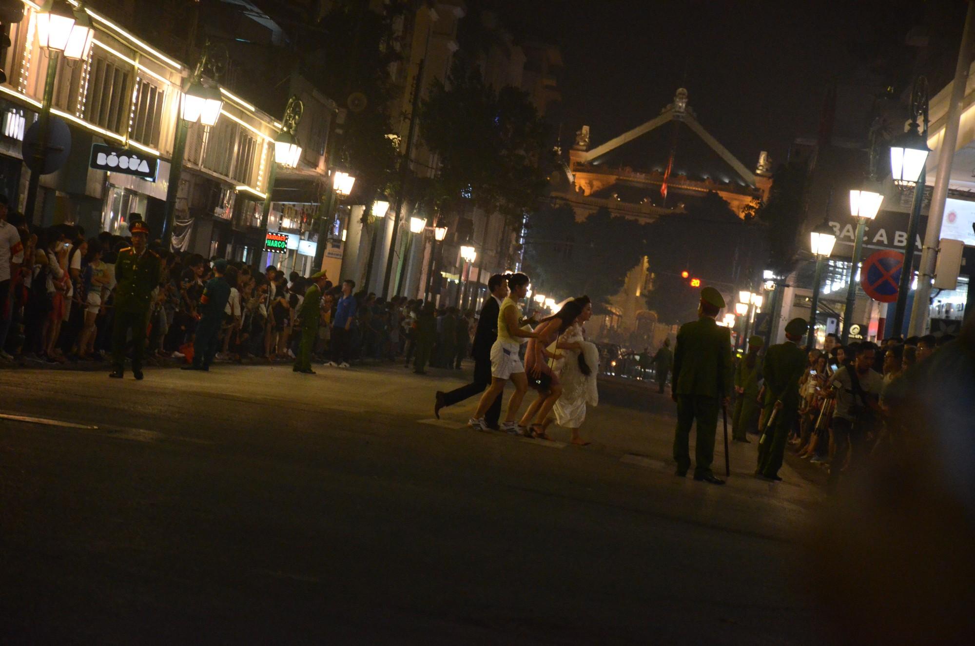 Nhiều cô dâu, chú rể bỏ chụp ảnh cưới để xem đoàn xe Tổng thống Donald Trump chạy trên phố Hà Nội 5