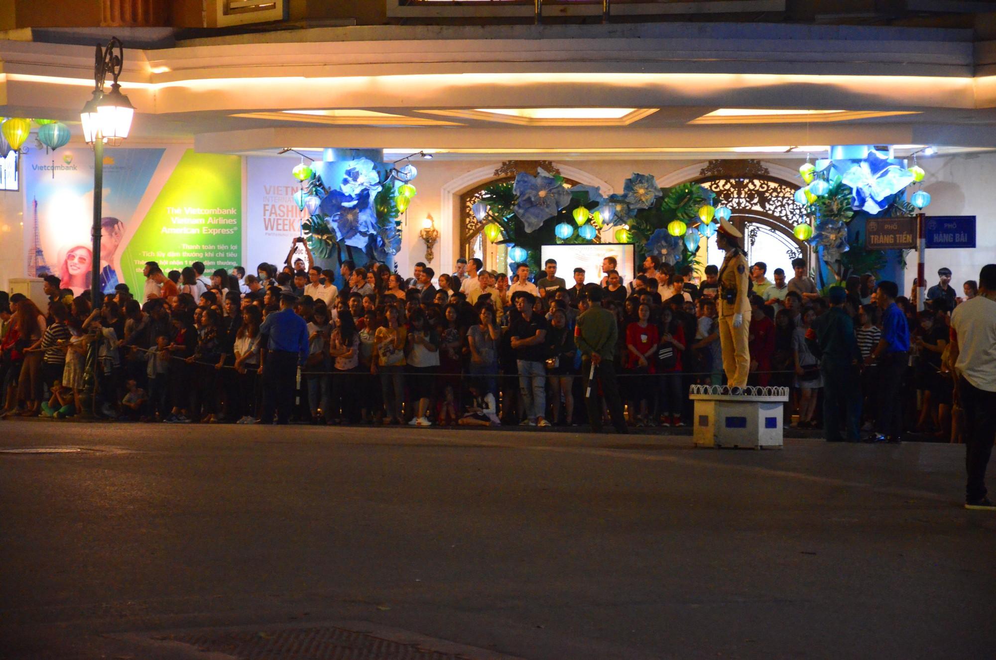 Nhiều cô dâu, chú rể bỏ chụp ảnh cưới để xem đoàn xe Tổng thống Donald Trump chạy trên phố Hà Nội 7