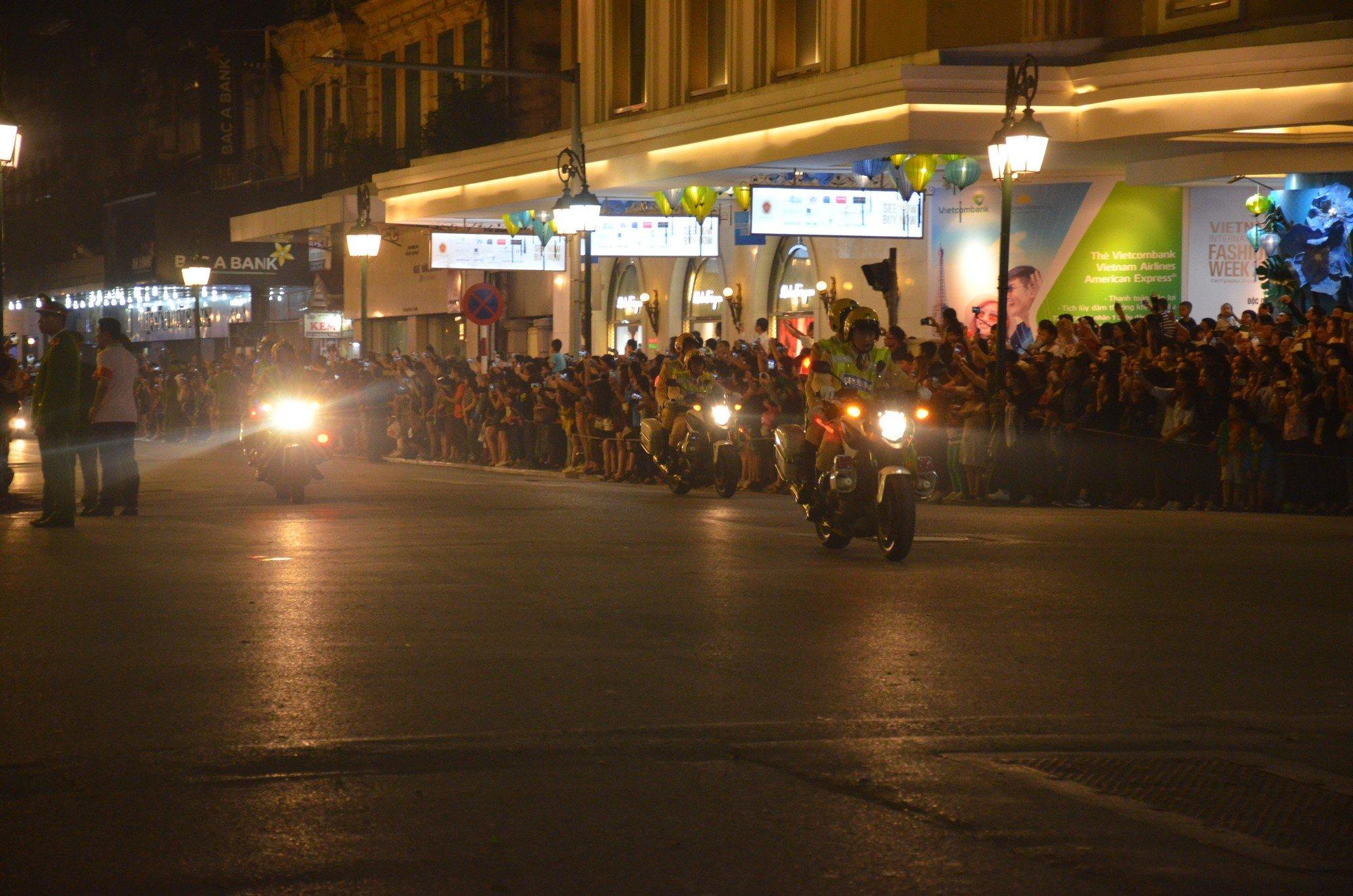 Nhiều cô dâu, chú rể bỏ chụp ảnh cưới để xem đoàn xe Tổng thống Donald Trump chạy trên phố Hà Nội 9
