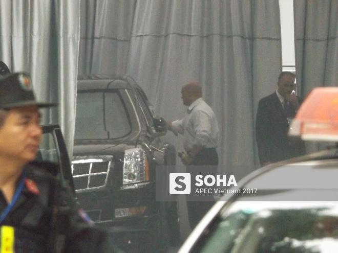 Cận cảnh đặc vụ Mỹ mang súng tiểu liên ngồi trong xe hộ tống Tổng thống Trump ở Hà Nội 5