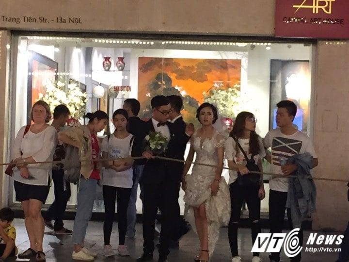 Nhiều cô dâu, chú rể bỏ chụp ảnh cưới để xem đoàn xe Tổng thống Donald Trump chạy trên phố Hà Nội 6