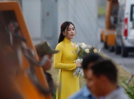 Chân dung thiếu nữ tặng hoa Chủ tịch Trung Quốc Tập Cận Bình tại Nội Bài trưa nay 4