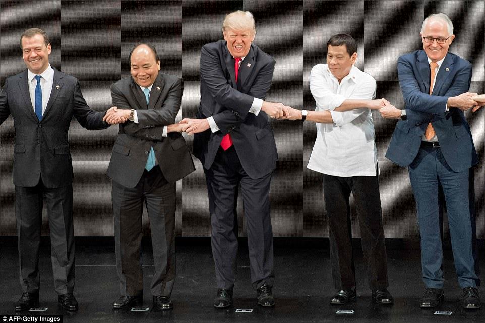 Khoảnh khắc vui nhộn: Trump bối rối, loay hoay với kiểu bắt tay ASEAN 4