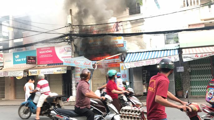 Xe tải tông sập cửa ngôi nhà ngùn ngụt lửa, chủ nhà kêu gào nhờ cảnh sát vào cứu con 1