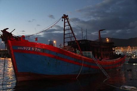 Tàu cá đang neo đậu bất ngờ bốc cháy ngùn ngụt trên cảng 2