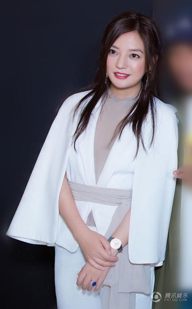 Triệu Vy gây phẫn nộ vì xuất hiện rạng rỡ và xinh đẹp tại sự kiện sau scandal gian lận chứng khoán - Ảnh 1.