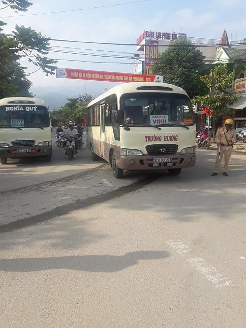 Hai tài xế xe khách hỗn chiến giữa đường, người dân hoảng sợ chạy toán loạn 2