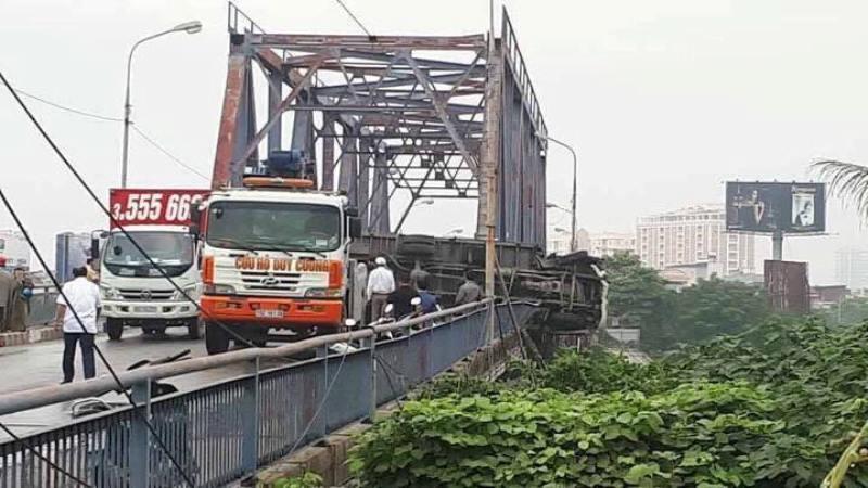 Ô tô tải nổ lốp lật trên cầu, 2 mẹ con thương vong 1