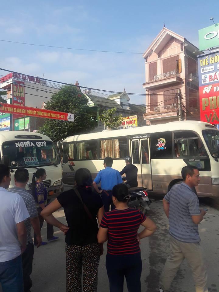 Hình ảnh Hai tài xế xe khách hỗn chiến giữa đường, người dân hoảng sợ chạy toán loạn số 1