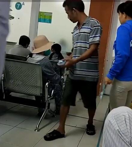 Người phụ nữ ngang nhiên sờ vào vùng nhạy cảm đàn ông giữa Sài Gòn 2